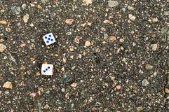 Spielen von Blöcken für Kasinos auf dem Asphalt auf linkem Sade Lizenzfreies Stockfoto