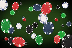 Spielen von den Chips, die am Pokertisch fliegen Stockbild