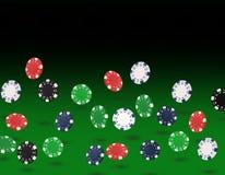 Spielen von den Chips, die am Pokertisch fliegen Stockbilder