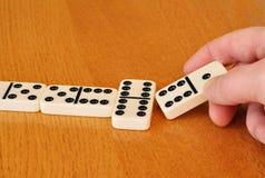 Spielen von Dominos Stockbilder