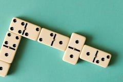 Spielen von Dominos auf einem hellen Hintergrund Das Konzept des Spiels stockfotografie