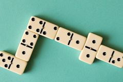 Spielen von Dominos auf einem hellen Hintergrund Das Konzept des Spiels lizenzfreies stockbild