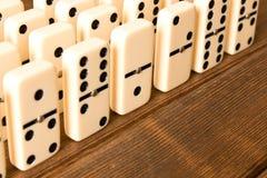 Spielen von Dominos auf einem Holztisch Abschluss oben Dominospiel conc stockbild