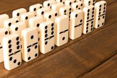Spielen von Dominos auf einem Holztisch Abschluss oben Dominospiel conc stockfotografie