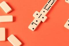 Spielen von Dominos auf einem roten Hintergrund Rote St?cke, die, getrennt auf wei?em Hintergrund abfallen stockfoto