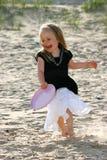 Spielen von Frisbee auf einem Strand Lizenzfreies Stockbild