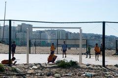 Spielen von futbol im Strand Stockbilder