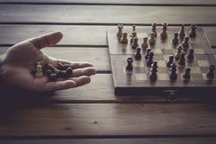 Spielen von hölzernen Schachfiguren mit Retro- Filter der Weinlese Lizenzfreies Stockbild