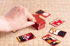 Spielen von Hanafuda Stockfoto