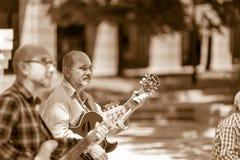 Spielen von Jazz unter den Schatten der Bäume lizenzfreie stockfotos