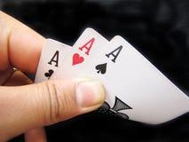 Spielen von Karten--Dreiassen stockfotografie