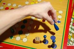 Spielen von Ludo Lizenzfreie Stockfotografie