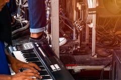 Spielen von Musik unter Verwendung eines analogen synthesizers und einer Trommel stockfoto