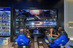 Spielen von Playstation 4 in Sony Center, Dubai-Mall, Dubai Lizenzfreie Stockfotografie