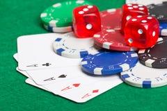 Spielen von Pokerchips, von Würfeln und von Karten auf der grünen Tabelle Lizenzfreies Stockfoto