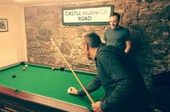 Spielen von Snooker Lizenzfreie Stockfotos