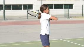 Spielen von Tennis stock video