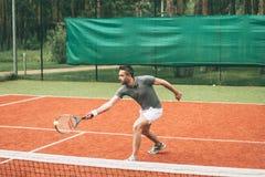 Spielen von Tennis Stockbild