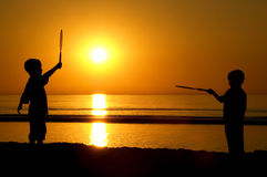 Spielen von Tennis mit The Sun Stockbilder