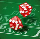 Spielen von Würfeln auf Kasinotabelle Stockfotos