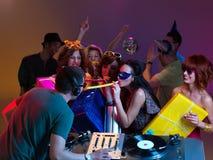 Spielen zusammen mit dem DJ Stockfotos