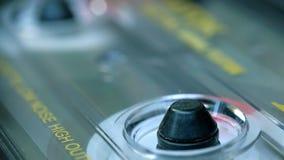 Spielende Audiokassette, Magnetband- für Tonaufzeichnungenrecorder stock video