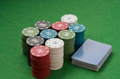 Spielende Chips des Kasinos Stockbild