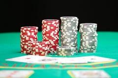Spielende Chips des Kasinos Stockbilder