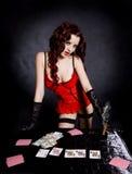 Spielende hübsche Frau in der schönen Wäsche. Stockfotos