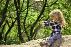 Spielende Kinder - glückliches Spiel Kinderspiel im Sand im Frühjahr oder im Sommerpark Stockfotografie