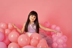 Spielende Kinder - glückliches Spiel Kleines Mädchenkind mit Partei steigt, Feier im Ballon auf stockfoto