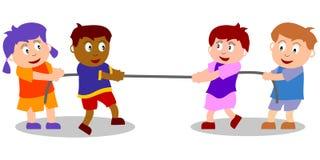 Spielende Kinder - Tauziehen Stockbild