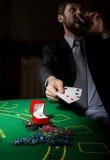 Spielende Sucht Mann in einem trinkenden Weinbrand des Anzugs und Wurfskarten mit verlierender Kombination 3d eine Abbildung Lizenzfreies Stockbild