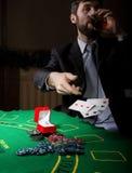 Spielende Sucht Mann in einem trinkenden Weinbrand des Anzugs und Wurfskarten mit verlierender Kombination 3d eine Abbildung Stockfoto