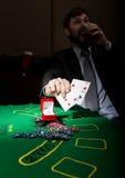 Spielende Sucht Mann in einem trinkenden Weinbrand des Anzugs und Wurfskarten mit verlierender Kombination 3d eine Abbildung Stockfotografie