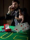 Spielende Sucht Mann in einem trinkenden Weinbrand des Anzugs und Wurfskarten mit verlierender Kombination 3d eine Abbildung Lizenzfreies Stockfoto