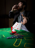 Spielende Sucht Mann in einem trinkenden Weinbrand des Anzugs und Wurfskarten mit verlierender Kombination 3d eine Abbildung Stockbilder