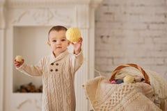 Spielendes Kind zu Hause Stockbild