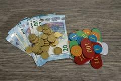 Spielendes Konzept, Rettungsgeld oder Gefahr mit Eurobanknote und lizenzfreies stockbild