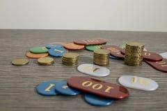 Spielendes Konzept, Rettungsgeld oder Gefahr mit Euromünzen und Chi stockfotos