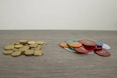 Spielendes Konzept, Rettungsgeld oder Gefahr mit Euromünzen und Chi lizenzfreies stockfoto