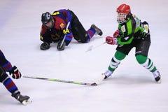 Spieler in der Aktion im Eis-Hockeyschluß Stockbild