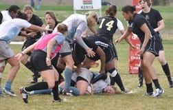 Spieler, der in der Rugby-Abgleichung der Frauen angepackt wird Stockfotografie