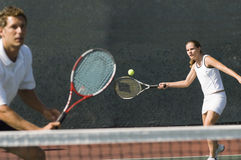 Spieler der gemischten Doppeln, der Tennisball schlägt stockfotos