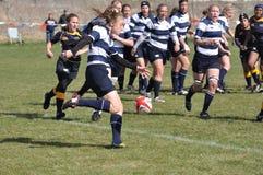 Spieler, der Kugel im Rugby der Frauen Hochschultritt Stockbild