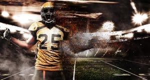 Spieler des amerikanischen Fußballs, Athlet im Sturzhelm auf Stadion im Feuer Sporttapete mit copyspace auf Hintergrund stockfoto