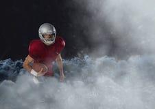 Spieler des amerikanischen Fußballs in den Wolken Stockfoto