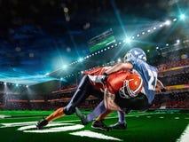 Spieler des amerikanischen Fußballs in der Aktion auf Stadion Stockbild