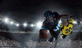 Spieler des amerikanischen Fußballs an der Arena Gemischte Medien stockfoto