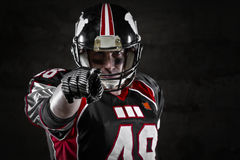 Spieler des amerikanischen Fußballs, der auf Sie zeigt Lizenzfreie Stockfotos